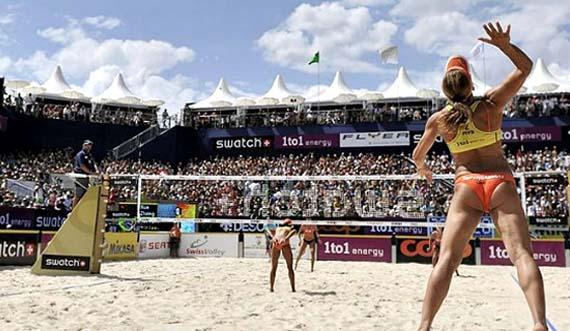 Imagen de un partido de voley playa femenino